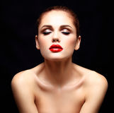 Beauté Woman modèle avec de longs cheveux onduleux de Brown Cheveux sains et beau maquillage professionnel Lèvres rouges et yeux  Photographie stock libre de droits