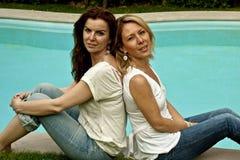 Beautés au poolside Images libres de droits