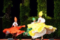Beautés colombiennes dansant à l'étape extérieure de nuit Photos libres de droits