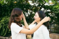 Beautés dans le style Smilin bien habillé de deux beau jeune femmes image libre de droits