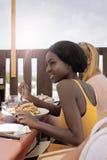 Beautés mangeant des pâtes Photos libres de droits