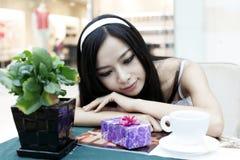 Beauté asiatique et son cadeau Image stock