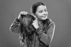 Beaut? avec du charme Enfant actif de fille avec de longs cheveux magnifiques Concept fort et sain de cheveux Comment traiter les photo libre de droits