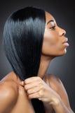 Beauté noire avec de longs cheveux droits Images stock