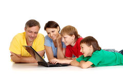 Beauteous Familie in den hellen T-Shirts Stockfotos