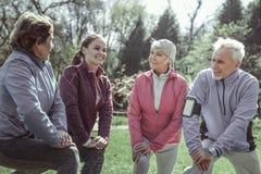 Beauteous netter Trainer, der während der harten Übung lacht stockbild
