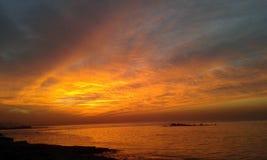 Beautey太阳和意想不到的海 免版税库存照片