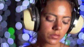 Beautfiul weibliches DJ stock video