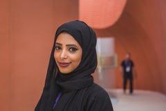 Beautfuifulmeisje die voor het Verenigde Arabische paviljoen van Emiraten bij Ex werken Stock Foto