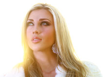 Beautful blonde Dame, die gen Himmel schaut Stockbilder