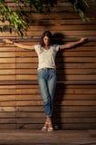 Beautful kvinnlig modell på korsfäst position royaltyfri fotografi
