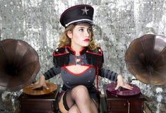 Beautful militärt disko dj med grammofoner Arkivbild