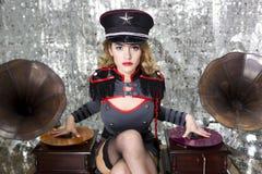 Beautful militärt disko dj med grammofoner royaltyfri foto