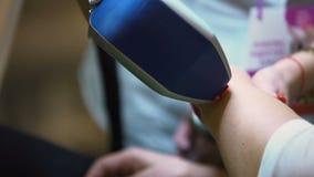 Beautician που αφαιρεί την τρίχα με τη συσκευή λέιζερ, τεχνολογία ομορφιάς, epilation φωτογραφιών απόθεμα βίντεο