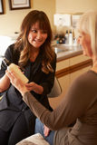 Beautician που συμβουλεύει το θηλυκό πελάτη για τα προϊόντα ομορφιάς Στοκ Φωτογραφίες