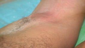Beautician в перчатках epilating мужская подмышка с засахаривать мужская косметика сток-видео