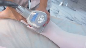 Beautician делает женщину в массаже lpg костюма нейлона на ноге Нога и конец-вверх рук акции видеоматериалы