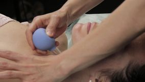 Beautician делает против старения массаж шеи с банками вакуума массаж стороны вакуума для регенерации кожи видеоматериал