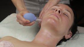 Beautician делает против старения массаж шеи с банками вакуума массаж стороны вакуума для регенерации кожи сток-видео
