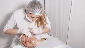 Beautician доктора колет сторону пациента сток-видео