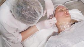 Beautician доктора колет сторону пациента видеоматериал
