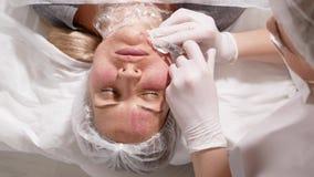 Beautician доктора колет сторону пациента акции видеоматериалы