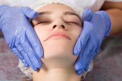 Beautician делает лицевой массаж стоковое фото