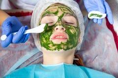 Beautician делает терапевтическую маску курорта Стоковая Фотография