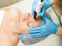 Beautician делает частичное mesotherapy к молодой женщине Косметические процедуры для стороны Косметики в Стоковое Фото