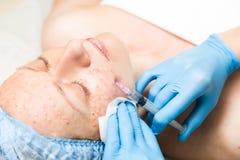 Beautician делает biorevitalization к молодой женщине Косметические процедуры для стороны Косметики в курорте Стоковое фото RF