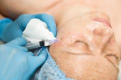 Beautician делает biorevitalization к молодой женщине Косметические процедуры для стороны Косметики в курорте Стоковое Фото