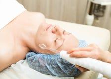 Beautician делает darsonvalization к молодой женщине Косметические процедуры для стороны Косметики в курорте Стоковые Фотографии RF