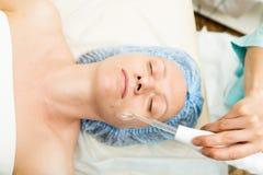 Beautician делает darsonvalization к молодой женщине Косметические процедуры для стороны Косметики в курорте Стоковое фото RF