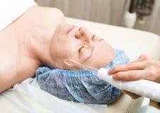 Beautician делает darsonvalization к молодой женщине Косметические процедуры для стороны Косметики в курорте Стоковые Изображения RF