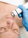 Beautician делает RF-подниматься к молодой женщине Косметические процедуры для стороны Косметики в салоне курорта Стоковая Фотография RF