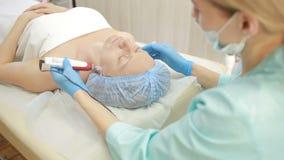 Beautician делает RF-подниматься к молодой женщине Косметические процедуры для стороны видеоматериал