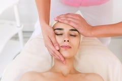 Beautician делая массаж женских сторон Стоковые Фотографии RF