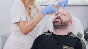 Beautician колет лоб ` s человека с hyaluronic кислотой акции видеоматериалы