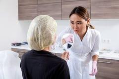 Beautician нажимает шприц для того чтобы впрыснуть Botox стоковые фото
