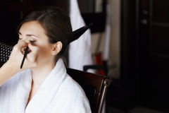 Beautician applying eye shadow Royalty Free Stock Photos