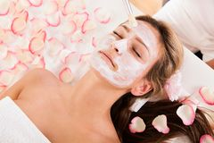 Beautician applying a face mask Royalty Free Stock Photos