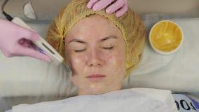 Beautician bei der Arbeit UltraschallgesichtsReinigungsverfahren f?r Problemhaut Studieren Sie die Reinigung, Sauerstoffs?ttigung stock video