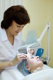 beautician czyścić skóry twarzowej kobiety Zdjęcie Stock
