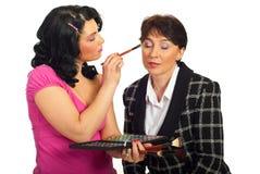 Beautician, der Augenschminke am Baumuster anwendet lizenzfreies stockbild