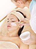Beautician, der Gesichtsschablone durch Frau anwendet. Lizenzfreie Stockfotos