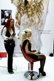 Beautician, der Haarextensionen tut Lizenzfreies Stockfoto