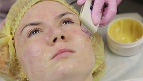 Beautician en el trabajo Procedimiento de limpieza ultrasónico de la cara para la piel del problema Poro que limpia, saturación d almacen de video