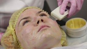 Beautician en el trabajo Procedimiento de limpieza ultras?nico de la cara para la piel del problema Poro que limpia, saturaci?n d almacen de video