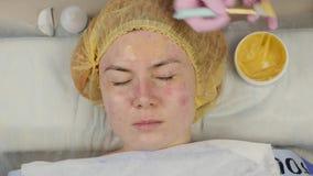 Beautician en el trabajo Procedimiento de limpieza ultras?nico de la cara para la piel del problema Poro que limpia, saturaci?n d almacen de metraje de vídeo