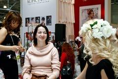Beautician faisant des extensions de cheveu Photographie stock